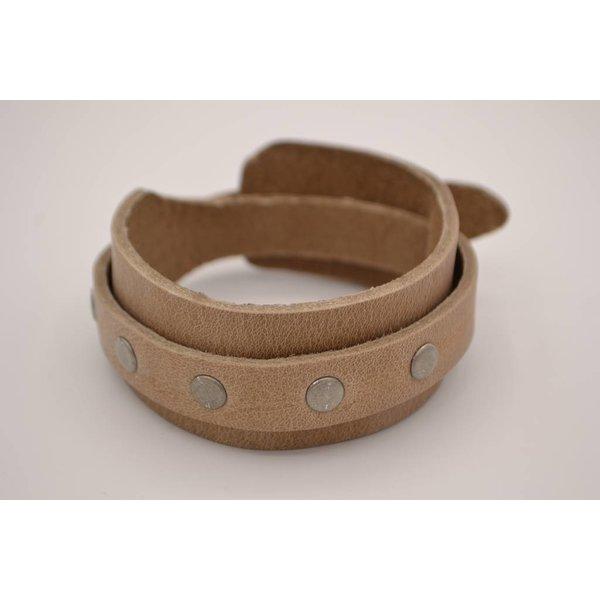 Scotts Bluf Stoere en stijlvolle armband van 3cm breed is voorzien van oud zilveren studs
