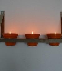 Scotts Bluf Plankendragers met plank en oranje kaarsen