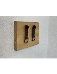 Scotts Bluf Sleutelplankje van douglas hout inclusief 2 moderne sleutelhangers van echt leer