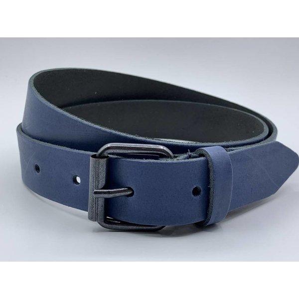 Scotts Bluf 3cm brede blauwe echt lederen kinderriem. Stoere basisriem met zwarte rol gesp en natuurlijk geheel nikkelvrij.