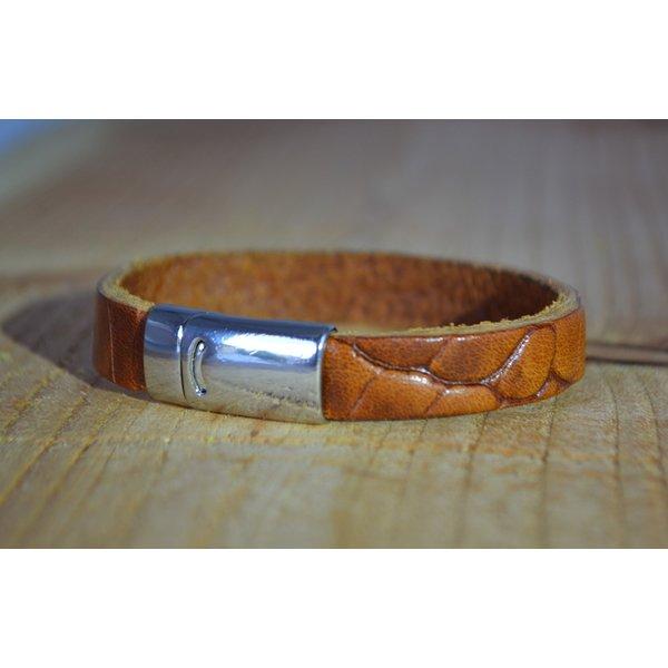 Scotts Bluf Cognac armband met magneetsluiting en krokodillen print