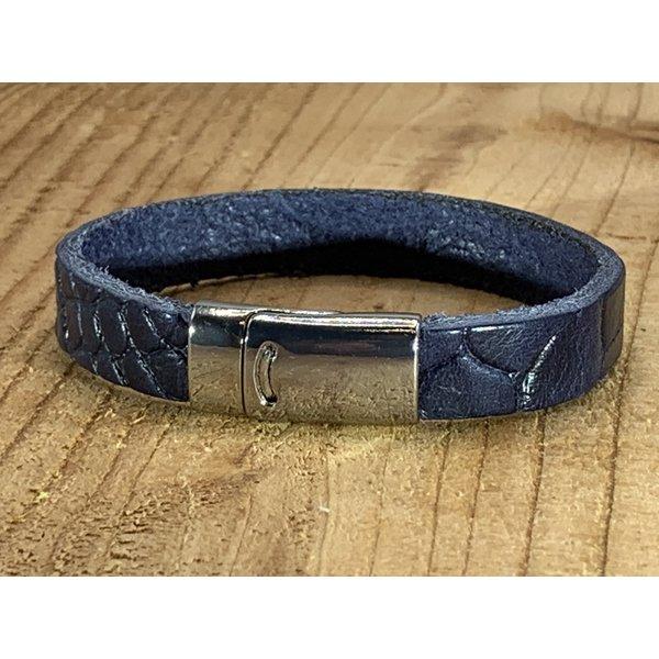Scotts Bluf Blauwe armband met magneetsluiting en krokodillen print.