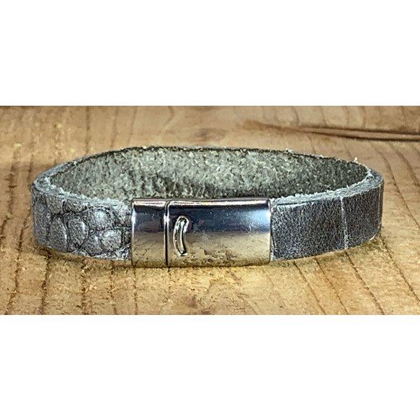 Scotts Bluf Grijze armband met magneetsluiting en krokodillen print.