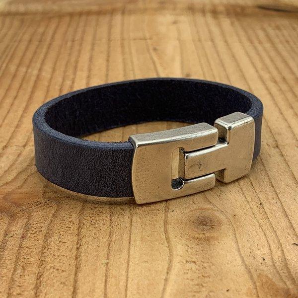 Scotts Bluf Blauwe armband gemaakt van vintage blauw leer en oud zilveren magneetsluiting.