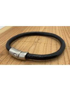 Scotts Bluf Zwarte armband gemaakt van rond leer.