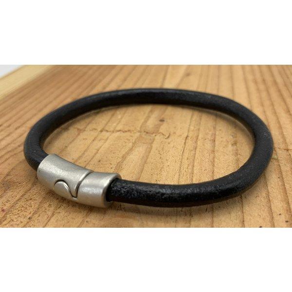 Scotts Bluf Zwarte armband met oud zilveren sluiting en rond zwart leer.