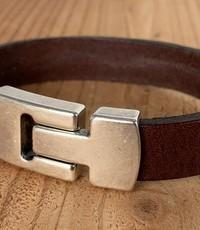 Scotts Bluf Bruine armband met wax randen voor een perfecte afwerking.