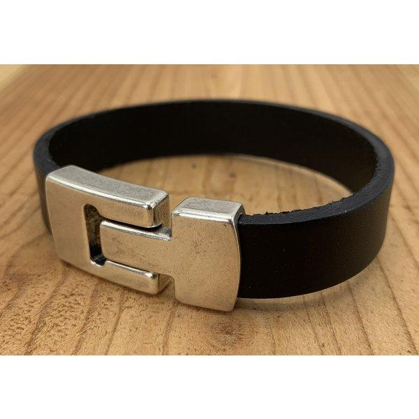 Scotts Bluf Zwarte Scotts Bluf armband waarbij bij deze armband extra veel zorg is besteed aan de afwerking. Wax randen en een hoogwaardige sluiting met magneet.
