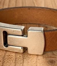 Scotts Bluf Cognac armband met wax randen voor een perfecte afwerking.