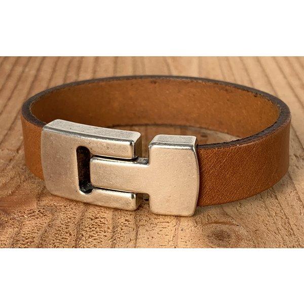 Scotts Bluf Cognac Scotts Bluf armband waarbij bij deze armband extra veel zorg is besteed aan de afwerking. Wax randen en een hoogwaardige sluiting met magneet.