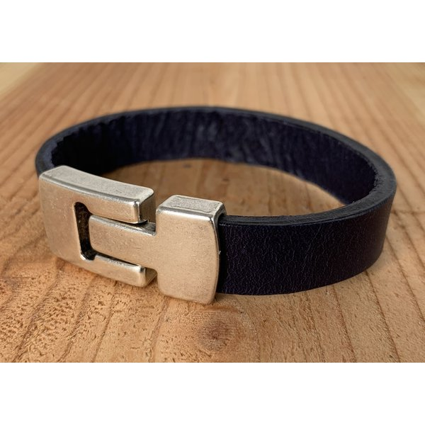 Scotts Bluf Blauwe Scotts Bluf armband waarbij bij deze armband extra veel zorg is besteed aan de afwerking. Wax randen en een hoogwaardige sluiting met magneet.