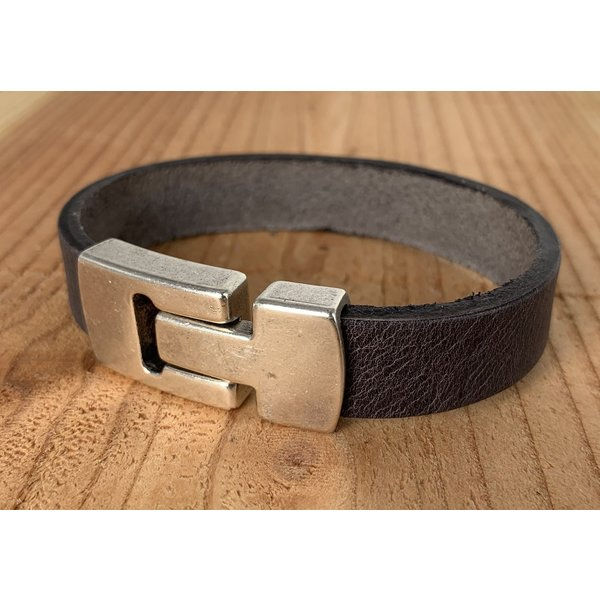 Scotts Bluf Grijze Scotts Bluf armband waarbij bij deze armband extra veel zorg is besteed aan de afwerking. Wax randen en een hoogwaardige sluiting met magneet.