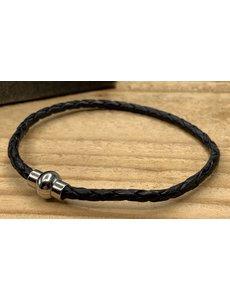Scotts Bluf Zwarte smalle armband gemaakt van gevlochten rond leer.