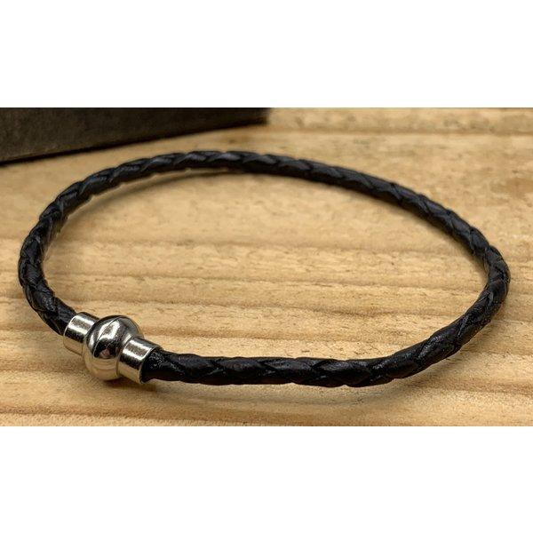 Scotts Bluf Smalle zwarte armband van fijn gevlochten leer met zilveren magneet sluiting.