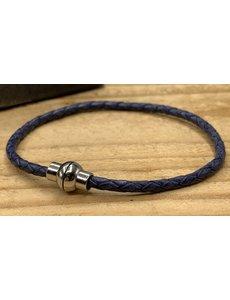 Scotts Bluf Blauwe smalle armband gemaakt van gevlochten rond leer.