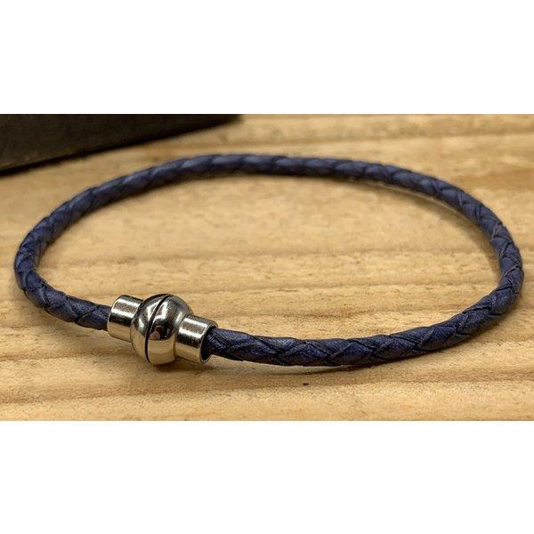 Scotts Bluf Smalle blauwe armband van fijn gevlochten leer met zilveren magneet sluiting.