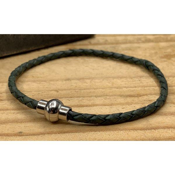 Scotts Bluf Smalle groene armband van fijn gevlochten leer met zilveren magneet sluiting.