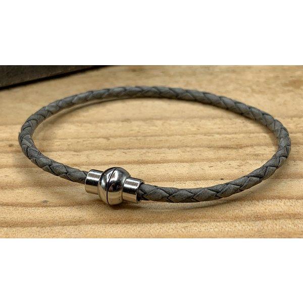 Scotts Bluf Smalle grijze armband van fijn gevlochten leer met zilveren magneet sluiting.