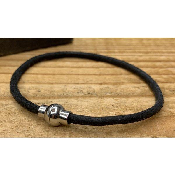 Scotts Bluf Smalle zwarte armband van 3mm dik rondleer en zilveren magneet sluiting
