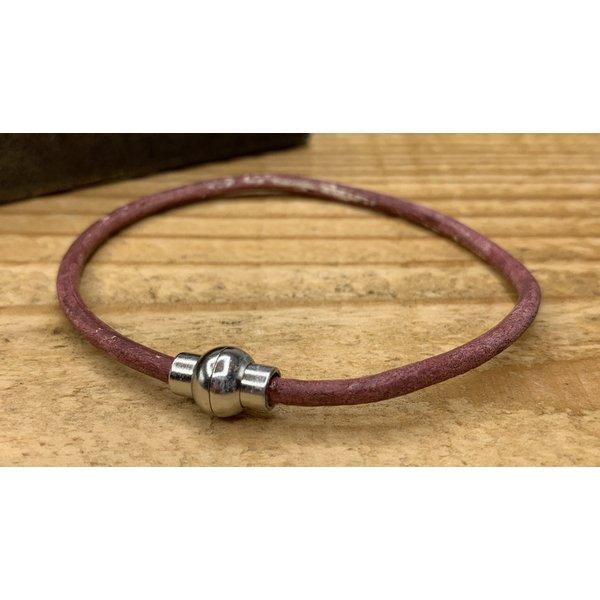 Scotts Bluf Smalle rode armband van 3mm dik rondleer en zilveren magneet sluiting.