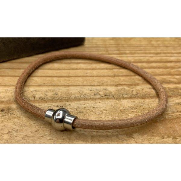 Scotts Bluf Smalle cognac armband van 3mm dik rondleer en zilveren magneet sluiting.