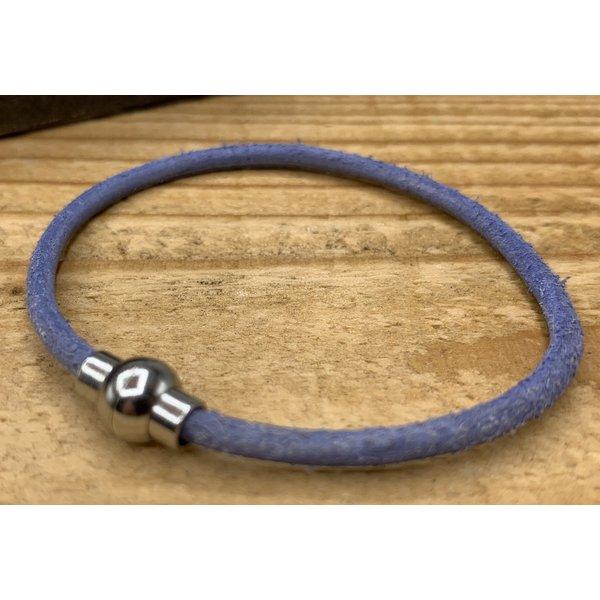 Scotts Bluf Smalle blauw armband van 3mm dik rondleer en zilveren magneet sluiting.