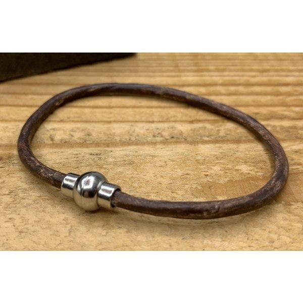 Scotts Bluf Smalle bruine armband van 3mm dik rondleer en zilveren magneet sluiting.