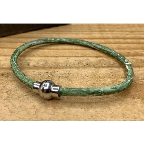 Scotts Bluf Smalle groene armband van 3mm dik rondleer en zilveren magneet sluiting.