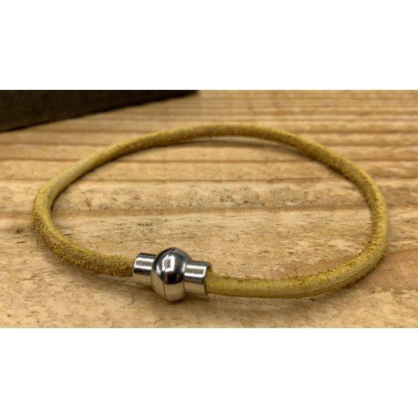 Scotts Bluf Smalle oker gele armband van 3mm dik rondleer en zilveren magneet sluiting.