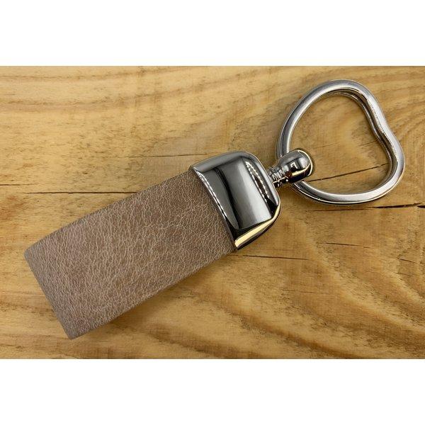 Scotts Bluf Taupe sleutelhanger met sleutelring in hartvorm en dubbele lus van Italiaans cognac leer.