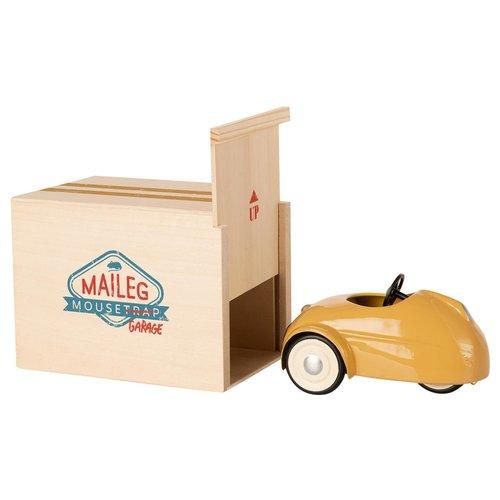 Maileg Kleine Broer Muis in Auto met Garage Geel