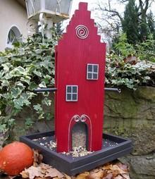 """Handgemaakte en handgeschilderde Vogelvoederhuizen! Vogelvoederhuis """"Amsterdam"""" voorzien van een typische trapgevel (hoogte 35 cm, breedte 18 cm, diepte 15 cm)"""