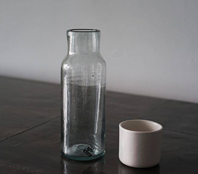 Glazen karaf met beker