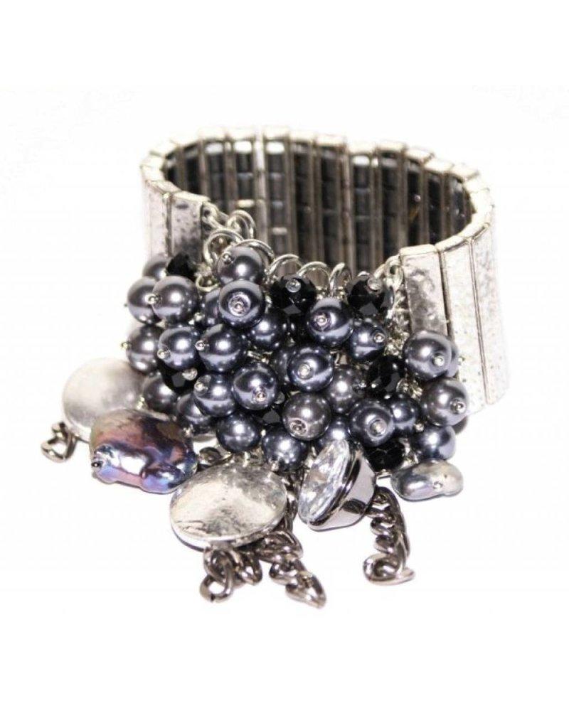 Brede zilveren metalen armband met grijze en zilveren bedel kralen