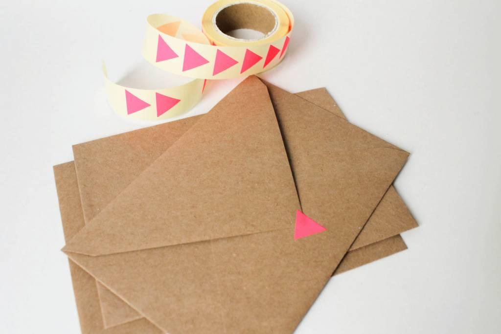 Sluitsticker driehoek fluo roos • per 10 stuks