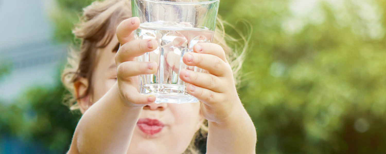 Zo leer je je kind vaker water drinken