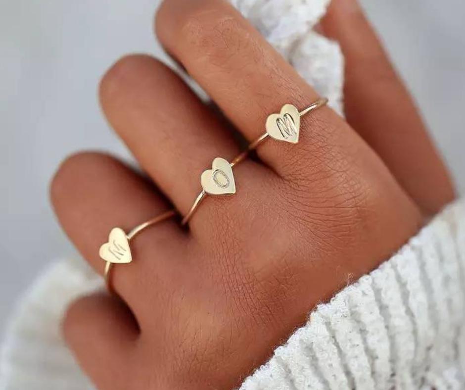 initial ring met letter goud minimalistisch