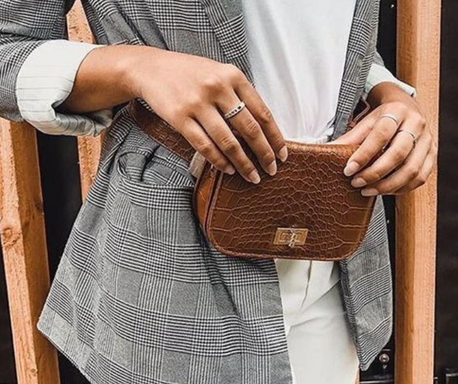 bum bag brown bruine heuptas met grijze blazer