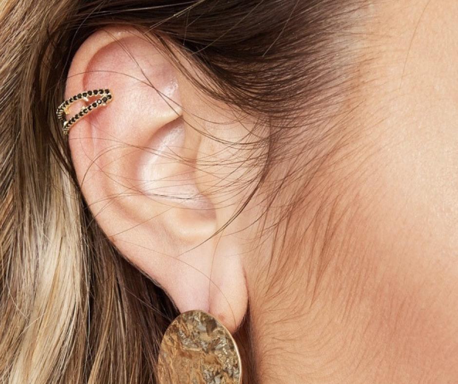 earcuff goud met zwarte steentjes