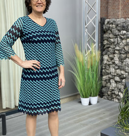 Betty Barclay Kleed in blauw turqouise zigzagmotief.