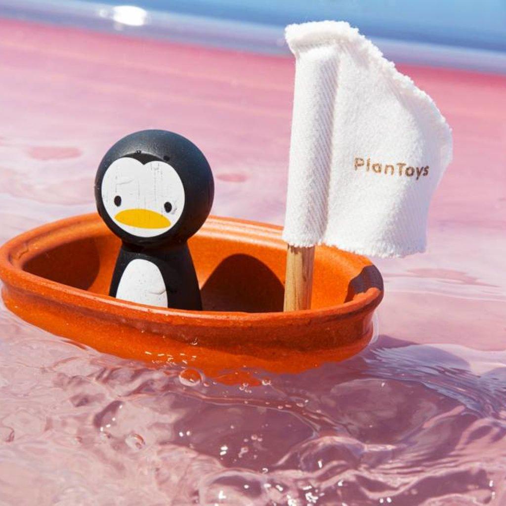 Plan Toys Plan Toys zeilboot met pinguïn