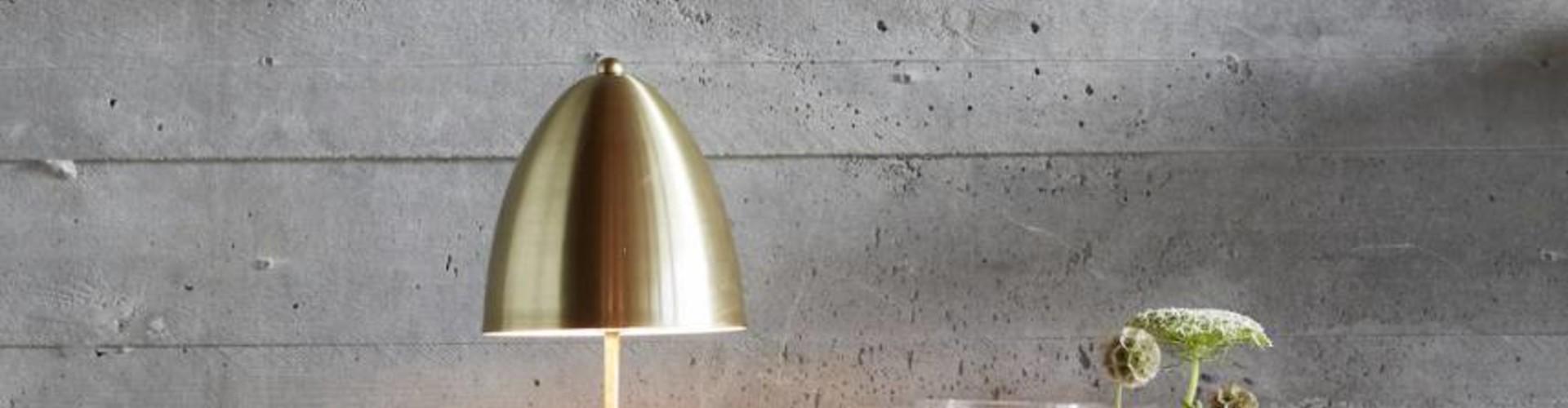 Een design tafellamp, sfeervol een boek lezen