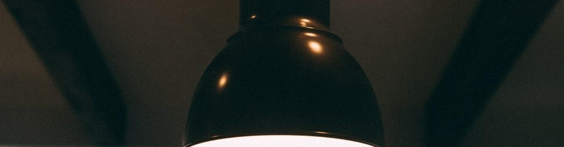 Stoer interieur met een industriële fabriekslamp