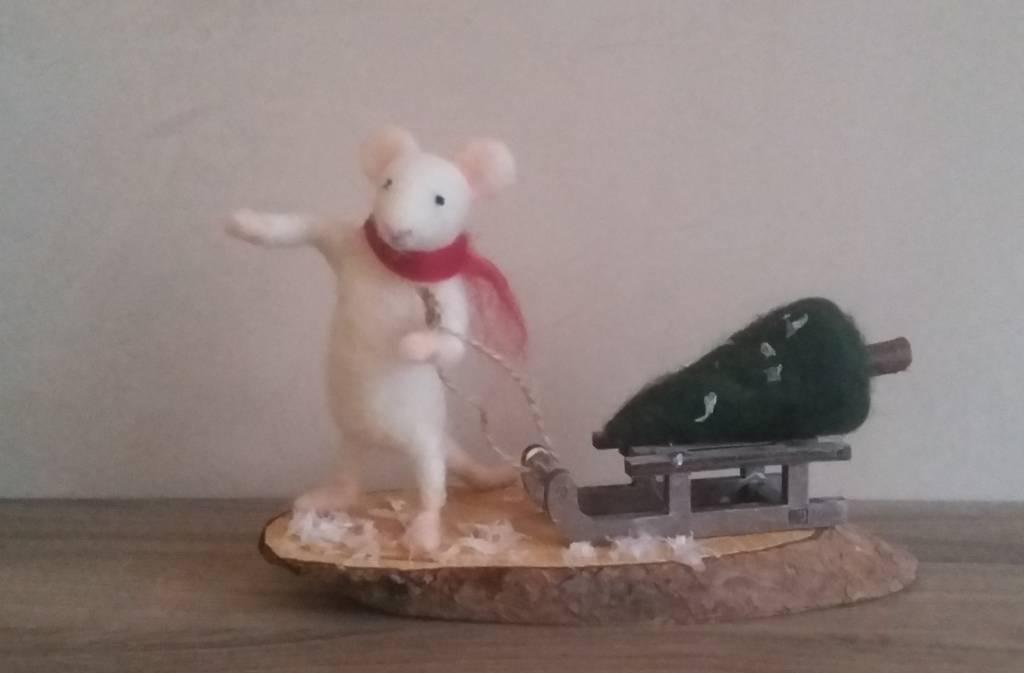 De Wolshoop Muis met slee en kerstboom