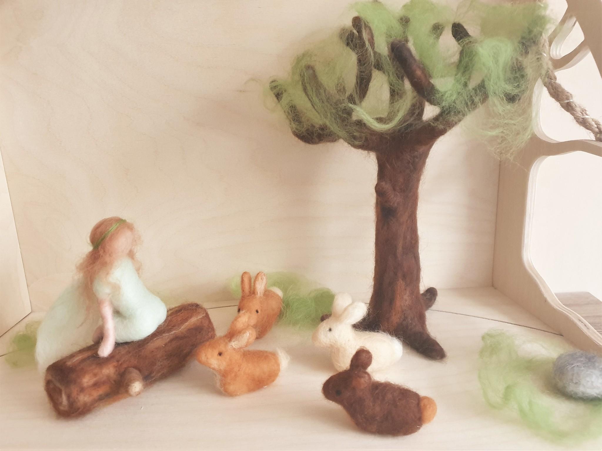 De Wolshoop Elfje op boomstam