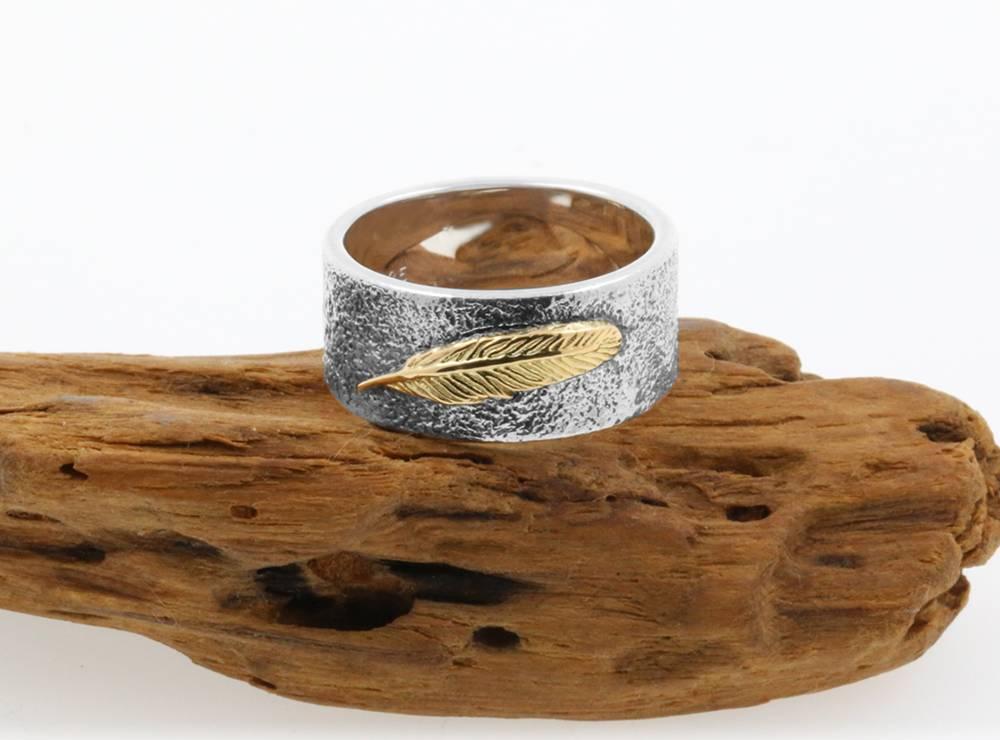 Feder: handfgefertigter Ring aus 925er Silber und 750er Gelbgold