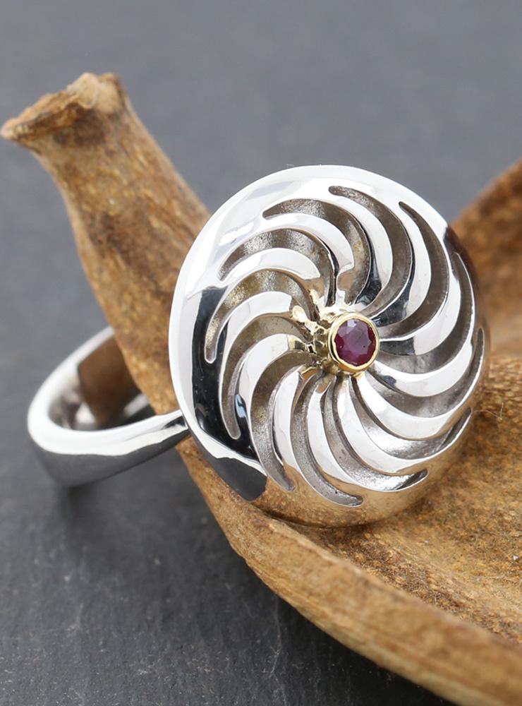 Rügen-Ring aus 925er Silber, 750er Gelbgold und Rubin