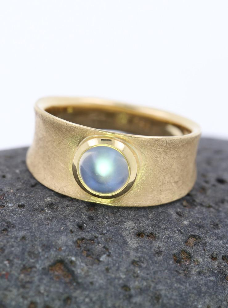 Luna: Ring aus 750er Gelbgold mattiert und Mondstein Cabochon