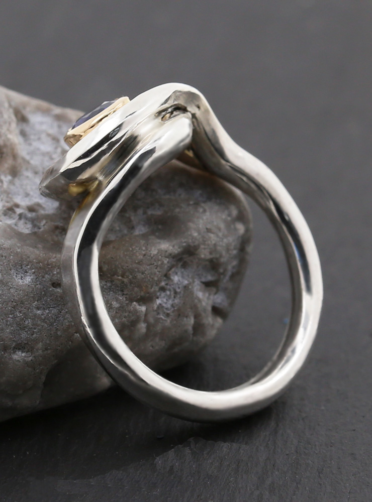 Loop: Handgefertigter Ring aus 925er Silber, 750er Gelbgold, Kyanit