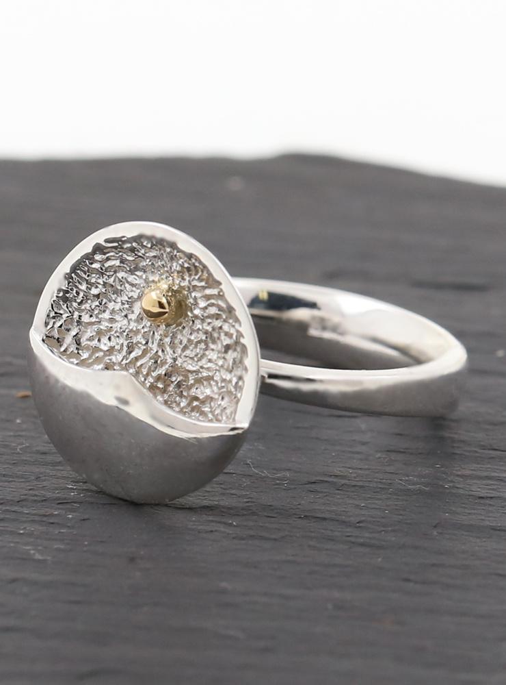 Strandperle: handgefertigter Ring aus 925er Silber und 750er Gelbgold